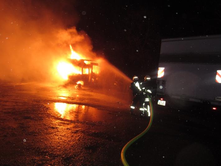 FW-MH: Wohnwagen brennt aus - ein Verletzter