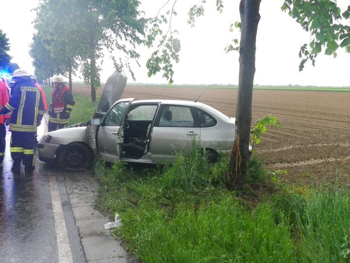 POL-DN: Auto prallt gegen Baum