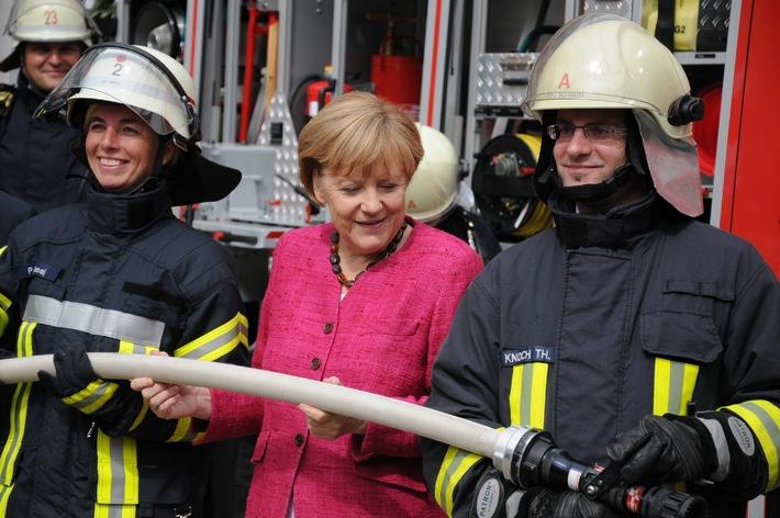 """Bundeskanzlerin lobt Engagement der Feuerwehr / DFV-Präsident Kröger: """"Zeitgemäße Ausrüstung für Einsatzkräfte wichtig!"""""""