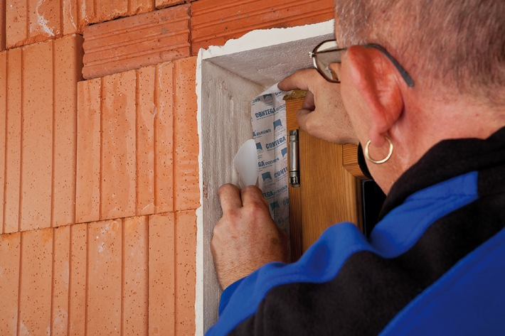 Neue Fensteranschlussbänder: auch auf mineralischen Untergründen vollflächig klebend ohne extra Kleber