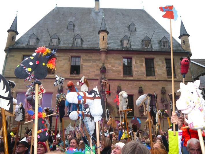 """Steckenpferd-Parade in Osnabrück erinnert an Westfälischen Frieden und  holt Weltrekord - offiziell bestätigt vom """"Rekord-Institut für Deutschland"""""""