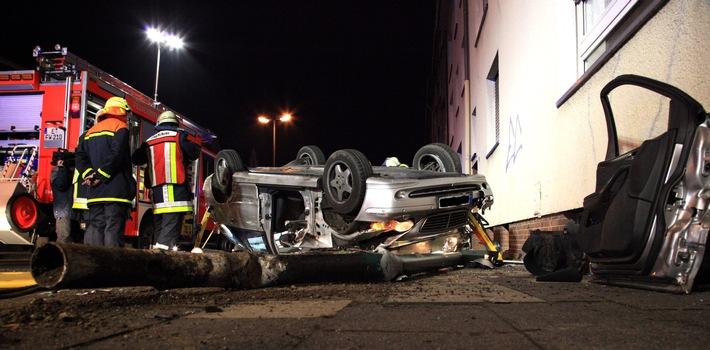 FW-E: Verkehrsunfall in Essen-Frohnhausen, Mercedes Kombi liegt auf Dach, Fahrerin eingeschlossen