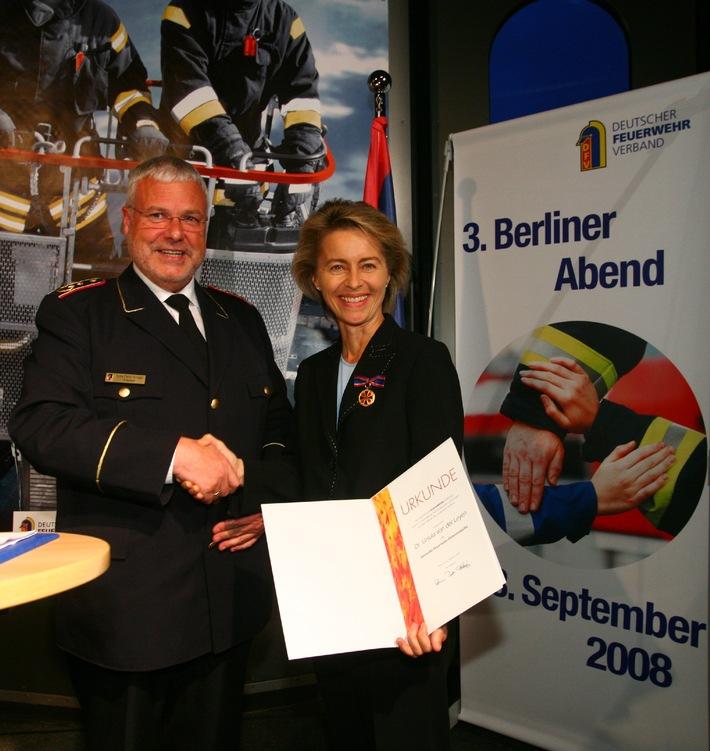 Höchste Feuerwehr-Auszeichnung für von der Leyen / Ehrung und Gespräche: 3. Berliner Abend des Deutschen Feuerwehrverbandes