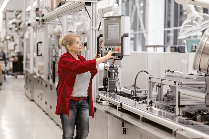 VARTA Microbattery produziert sechsmilliardste Hörgerätebatterie