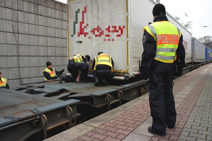 Bundespolizeidirektion München: Rosenheimer Bundespolizei entdeckt 30 Afrikaner auf einem Güterzug