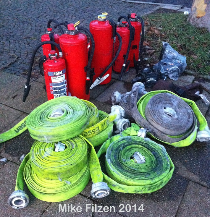 FW-E: Kellerbrand in Essen-Kettwig, zwei Personen von Balkon gerettet
