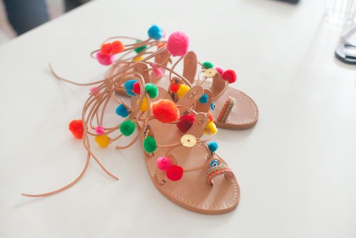 Mit Etsy zu DIY-Pompon-Sandalen / In wenigen Schritten zum bunten Sommerhighlight