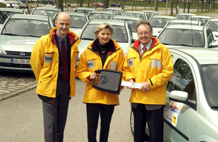 """Verkehrsunterricht """"Achtung/ Hallo Auto"""" / ADAC-Verkehrssicherheitsaktion startet mit den Partnern / Opel und Michelin in die neue Saison - Statt Theorie mal Praxis"""