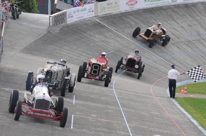 Indianapolis in Oerlikon: Spektakuläre Oldtimer-Demorunden im Steilwandoval