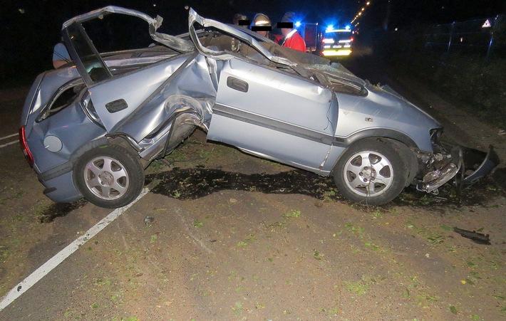 POL-F: 160720 - 625 Frankfurt-Sachsenhausen: Opel Zafira prallt gegen Laterne - Zwei Schwerverletzte