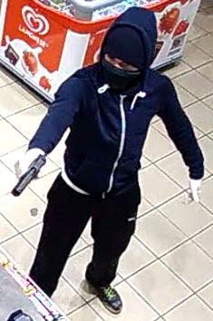 POL-D: Fahndung - Bewaffneter Raubüberfall auf Tankstelle in Rath - Bilder aus der Überwachungskamera anbei