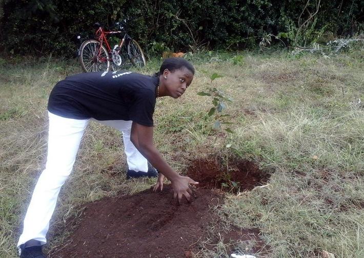 Kenia: Ein Baum für jeden getöteten Studenten / Open Doors bei Gedenkfeiern im Gespräch mit Studenten aus Garissa