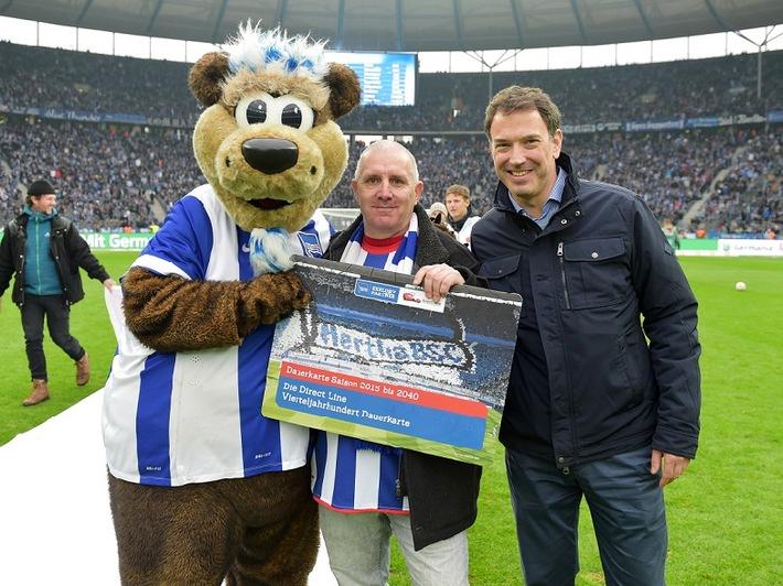 Für die nächsten 25 Jahre dabei: Direct Line vergibt die erste von drei Vierteljahrhundert-Dauerkarten für Hertha-Fans
