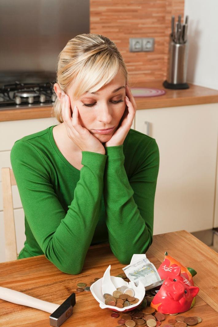Frauen vernachlässigen Altersvorsorge / Zum Weltfrauentag am 8. März: Frauen verdienen weniger als Männer und erhalten viel weniger Rente/Die DVAG gibt Tipps für mehr Geld und weniger Sorgen im Alter