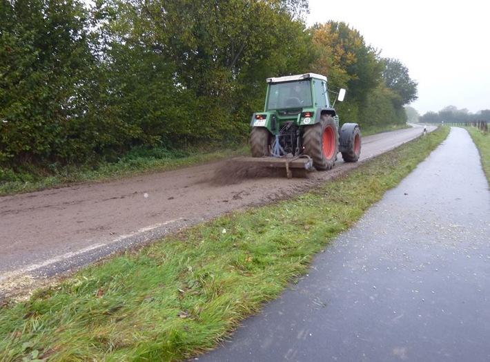 Traktor reinigt Straße