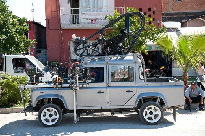 Jaguar et Land Rover fêtent les 50 ans James Bond au Salon de l'Auto de Paris