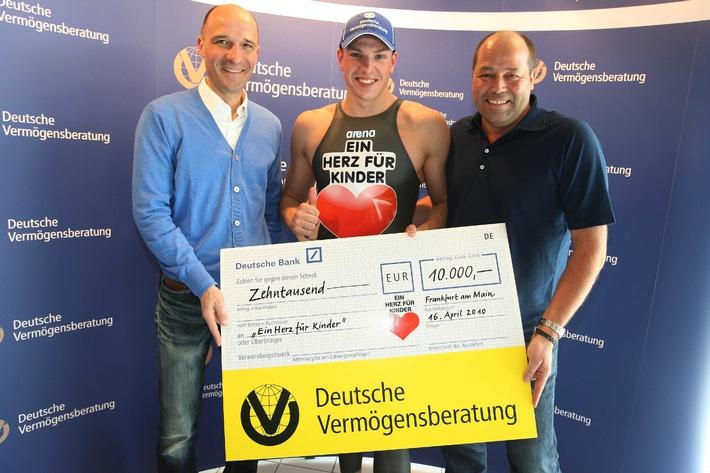 Kooperation mit DVAG für guten Zweck: Paul Biedermann stiftet Schwimmanzug zugunsten bedürftiger Kinder (mit Bild)
