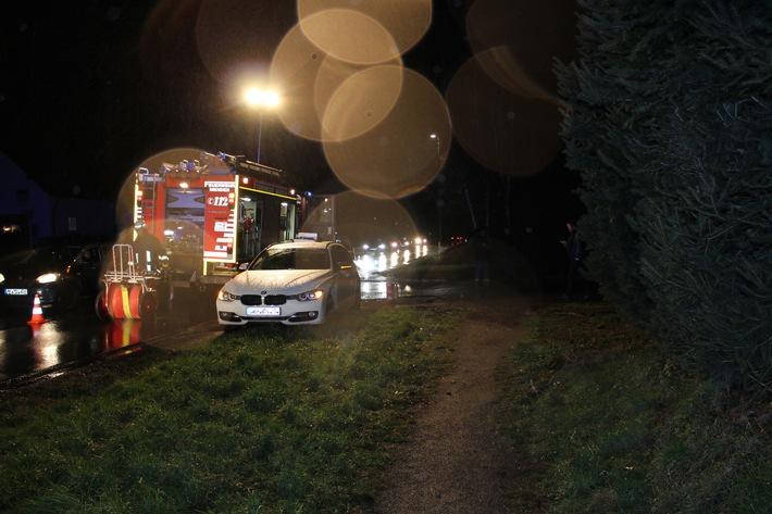 FW Menden: PKW verschwindet zwischen Bäumen - Sechs Leichtverletzte nach Verkehrsunfall