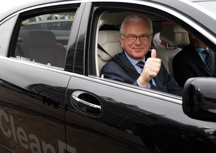 """""""Verantwortung für die Zukunft"""" / BMW überreicht Hydrogen 7 an EU-Parlamentspräsident Pöttering"""