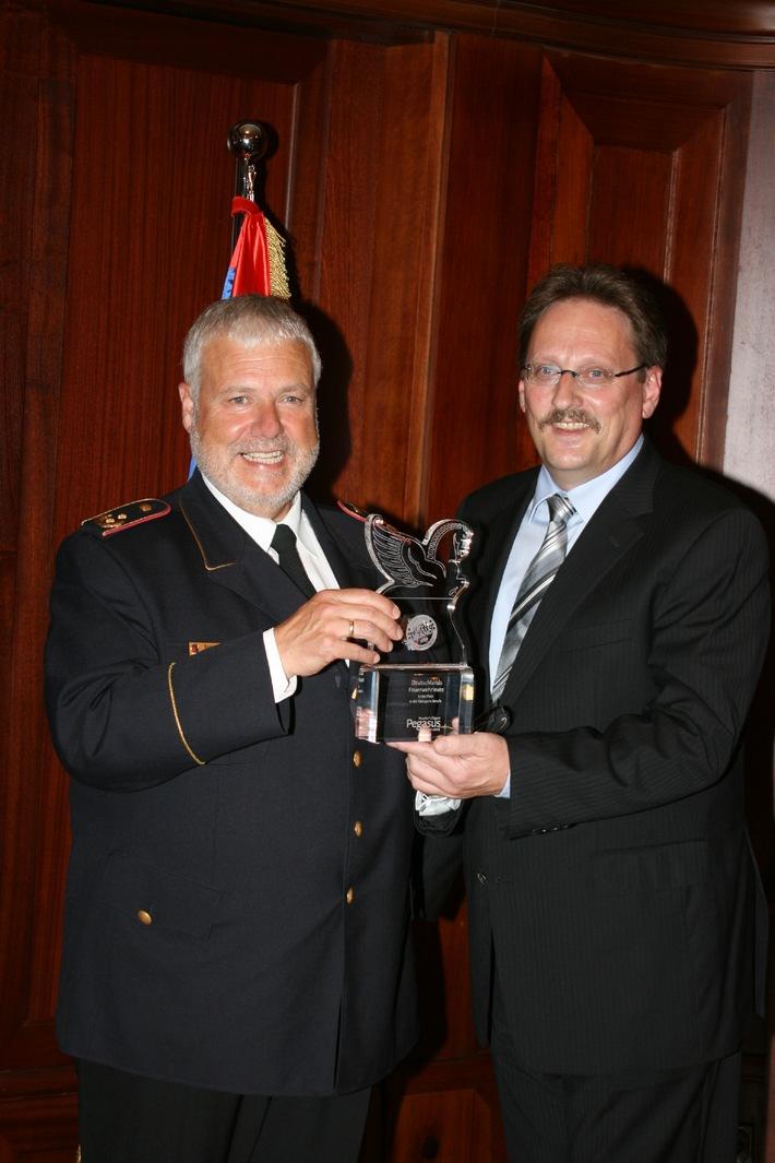 "Deutsche Feuerwehren erneut Vertrauenssieger / ""Pegasus Award"" verliehen / Feuerwehrverband dankt Axel Dechamps"