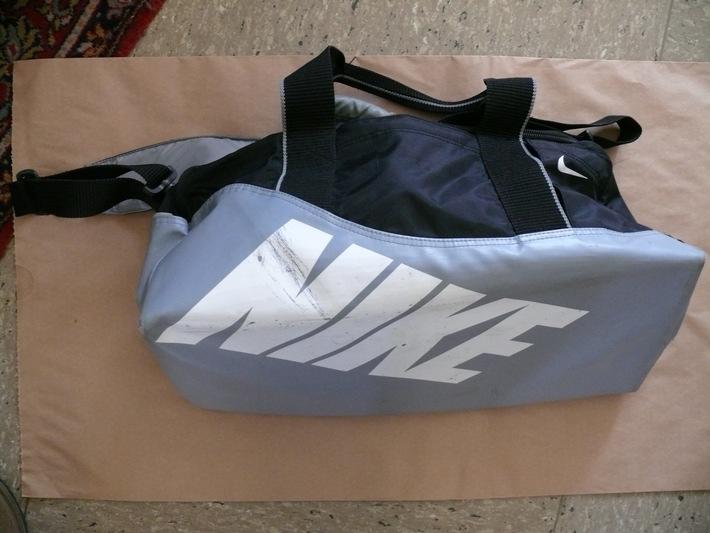 POL-DN: Wer kennt den Besitzer der abgebildeten Sporttasche?