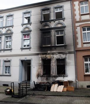 FW-GE: Brennender Sperrmüllhaufen vor Wohnhaus