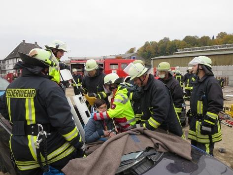 FW-AR: Schwerer Verkehrsunfall mit unklarer Lage - Basislöschzug 6 bei Jahresübung durch komplexes Szenario gefordert