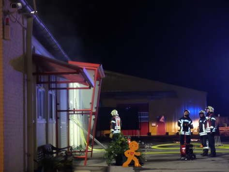 FW-GE: Lagerhallenbrand in der Koloniestraße