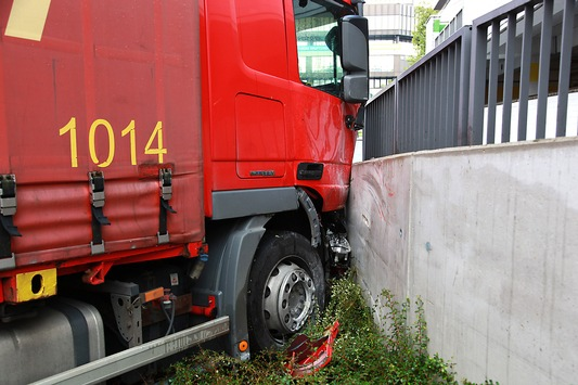 FW-E: LKW mit Einachshänger kommt auf abschüssiger Straße ins Rollen, Fahrer schwer verletzt