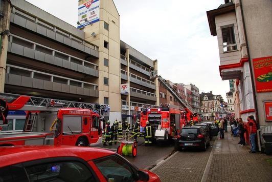 FW-E: Feuer im Parkhaus in Essen-Steele, starke Rauchentwicklung
