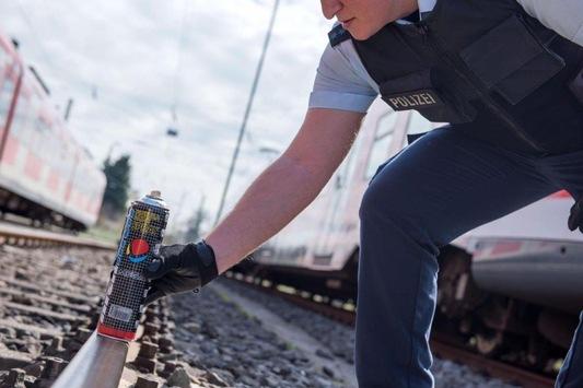 BPOL NRW: Bundespolizist stellt auf dem Weg zum Dienst drei Graffitisprayer