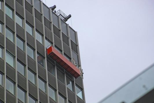 FW-E: Lose Schattierungselemente drohen aus 85 Meter Höhe herabzufallen, Höhenretter der Essener Feuerwehr im Einsatz am Postbankhaus