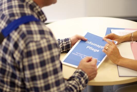 """Vereinbarkeit von Beruf und Pflege: Tabu brechen und darüber sprechen! / berufundfamilie gGmbH stellt Bildmaterial zum Thema """"Pflegesensible Personalpolitik"""" vor"""