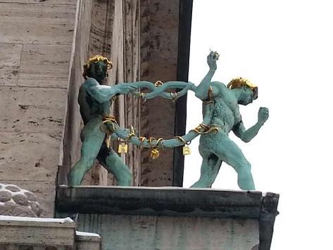 POL-H: Zeugenaufruf! Unbekannte stehlen vergoldeten Leibniz-Keks