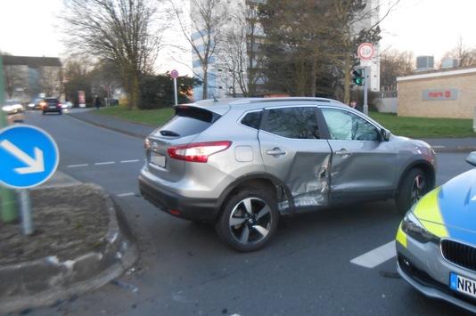 POL-HA: Nissan prallt auf VW - Fahrer verletzt