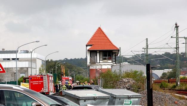 FW-E: Bagger beschädigt Gasleitung, Gas strömt ab