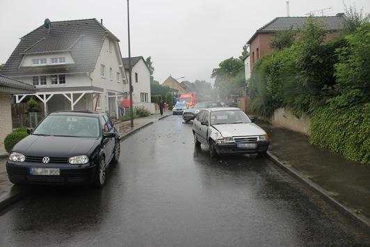 POL-AC: Nach Zusammenstoß: Pkw schleudert in geparktes Fahrzeug