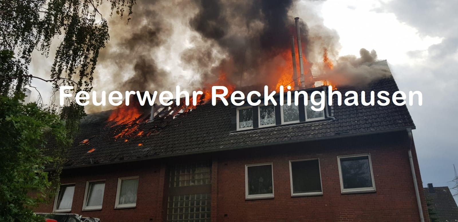 Der Dachstuhlbrand hat sich bei Eintreffen der Feuerwehr bereits ausgebreitet