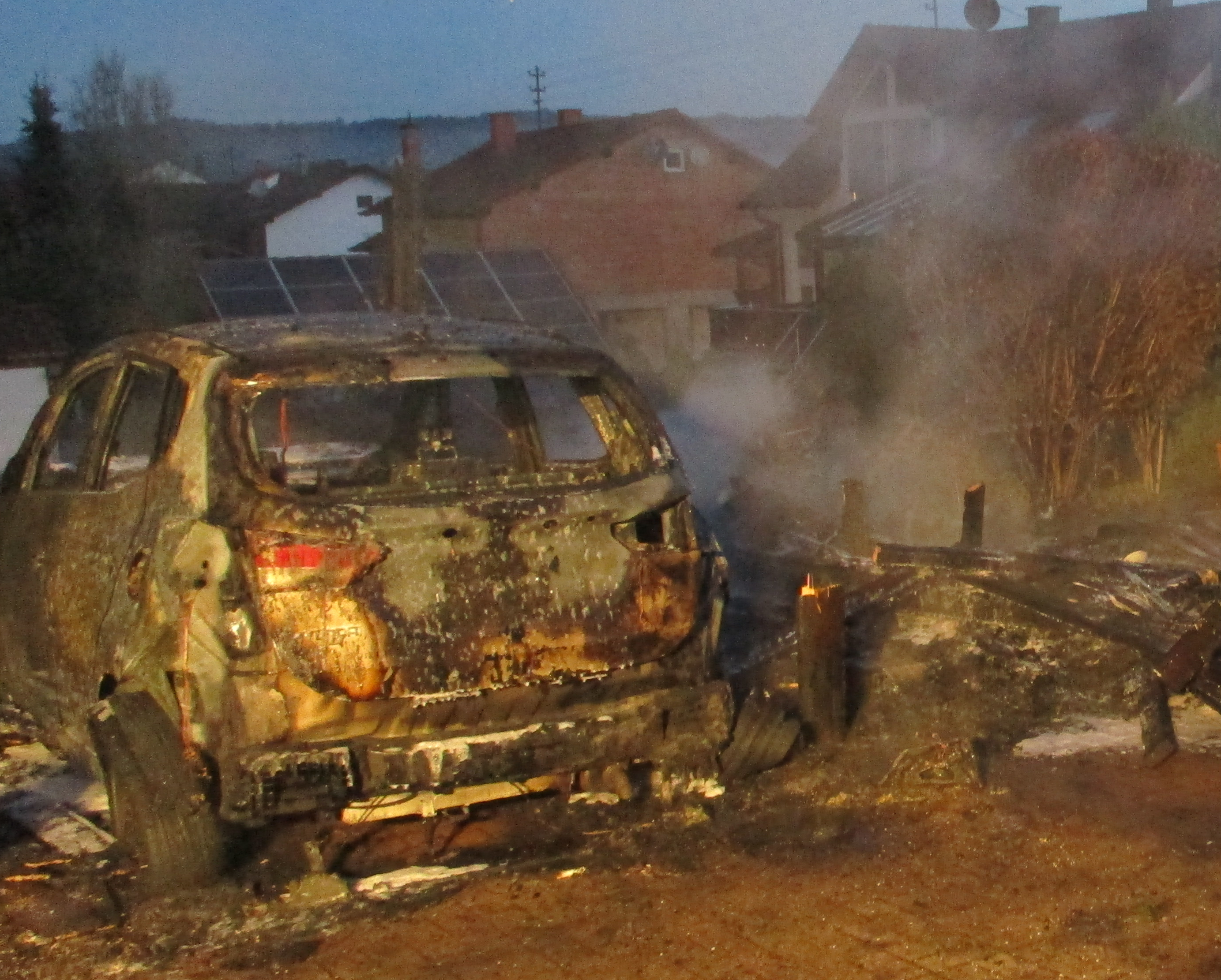 ▷ POL-PPWP: Carport und Auto abgebrannt | Presseportal