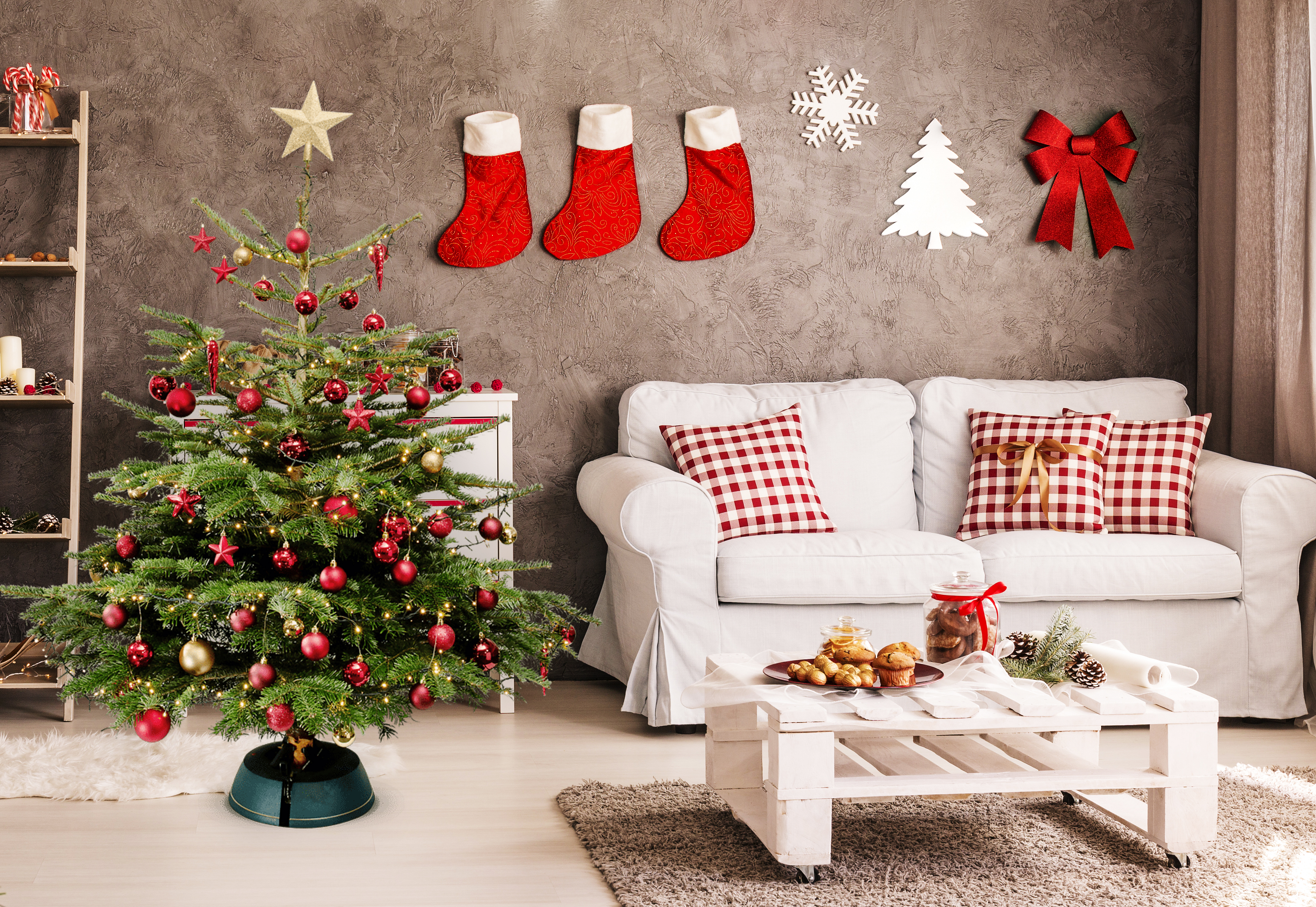 schleppen ad fleurop liefert weihnachtsb ume inklusive schmuck an die haust r. Black Bedroom Furniture Sets. Home Design Ideas