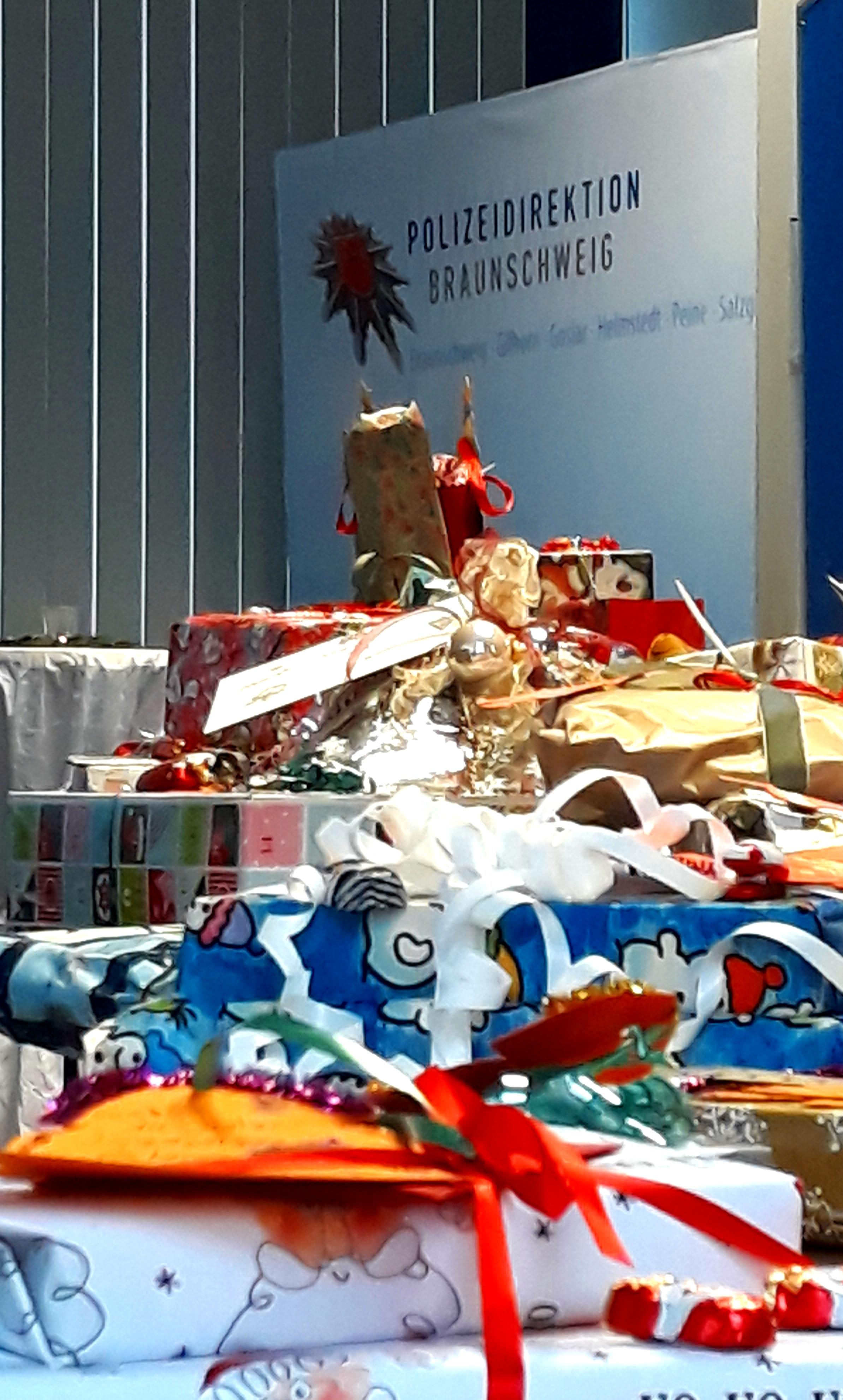 Weihnachtswünsche Jugendliche.Pol Bs Die Polizei Braunschweig Erfüllt Weihnachtswünsche