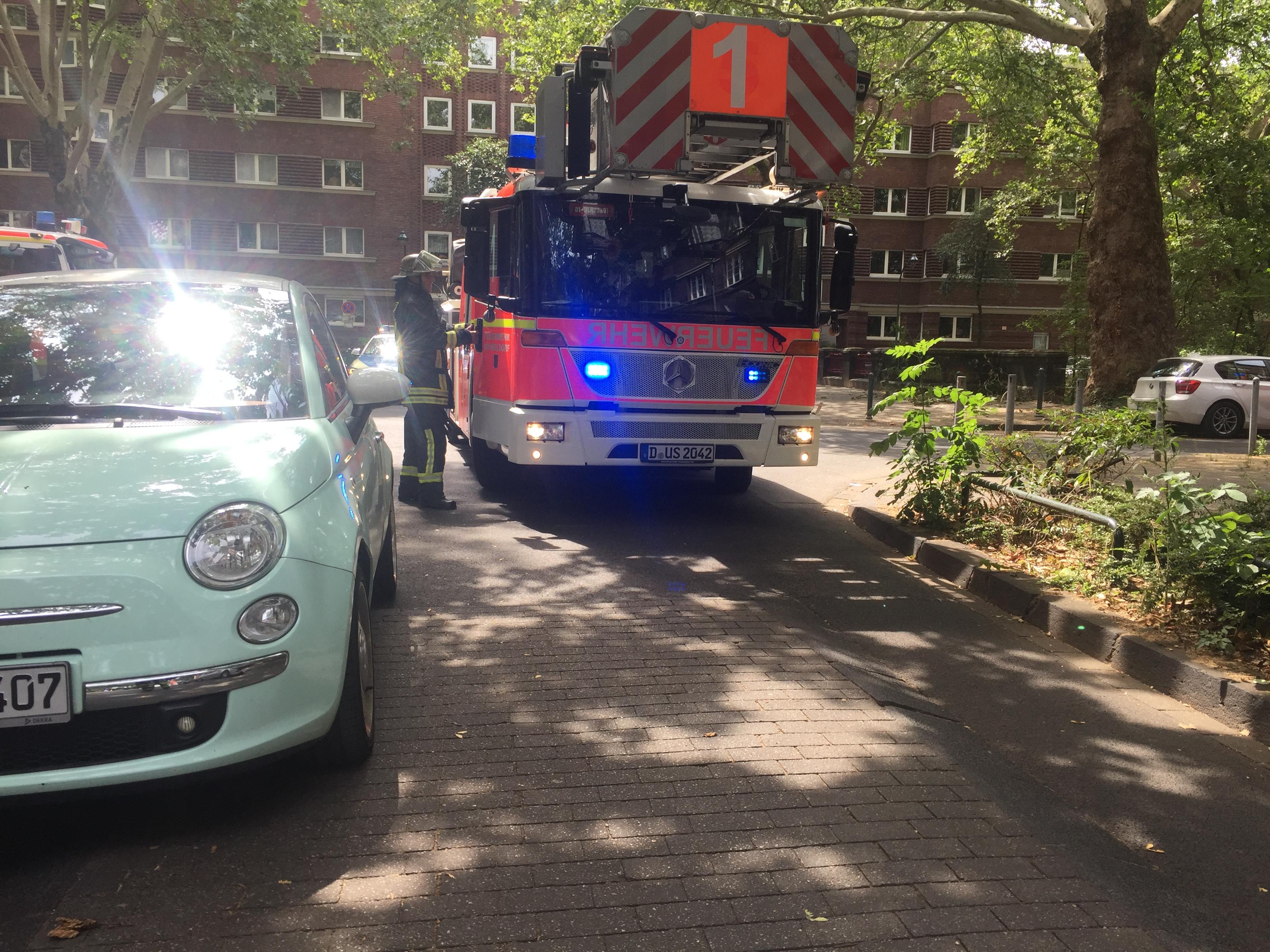 Parkende Autos verhindern das Vorbeifahren mit der Drehleiter