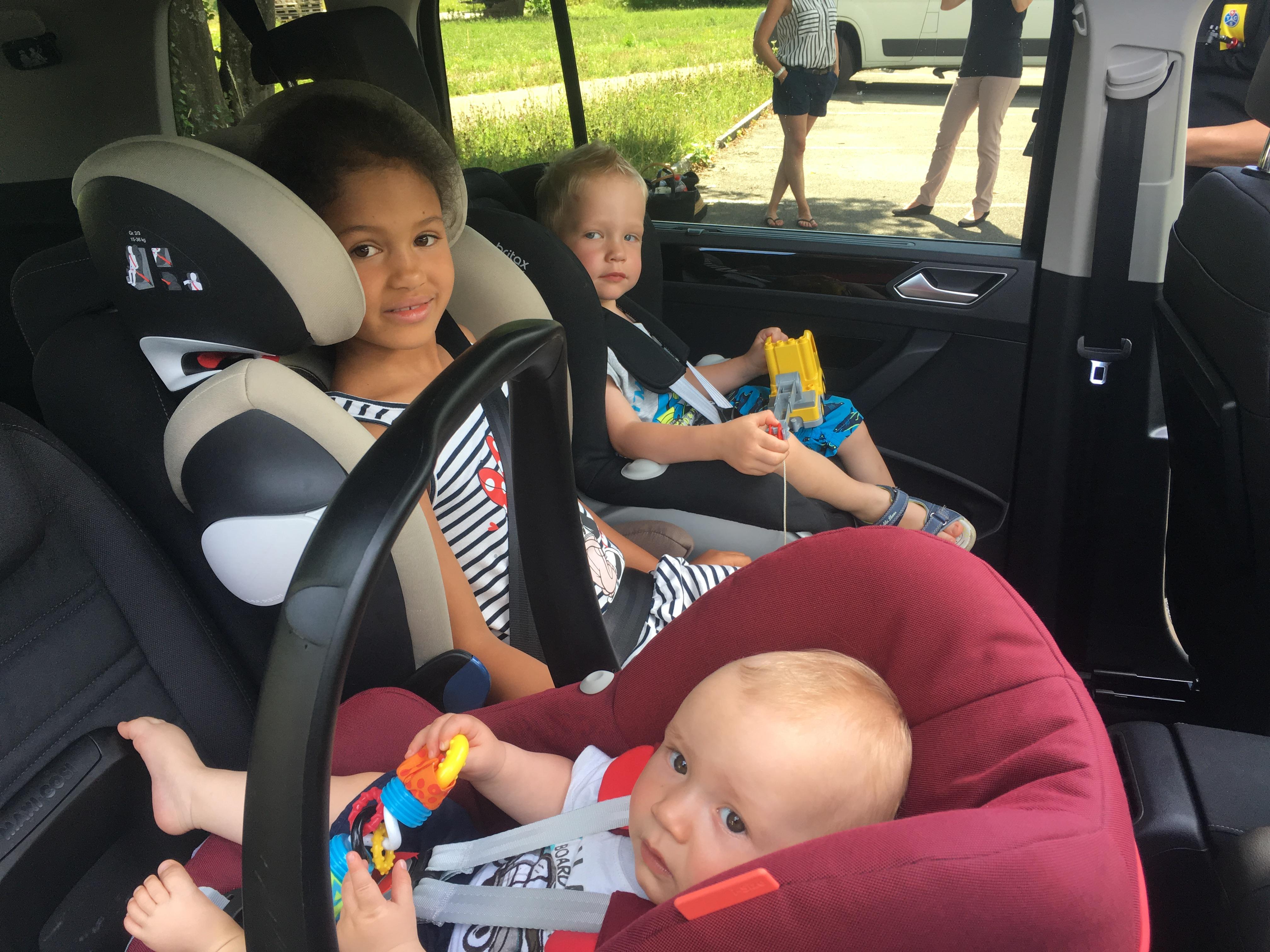 ▷ auf drei sitzplätze passen oft nur zwei kindersitze | presseportal
