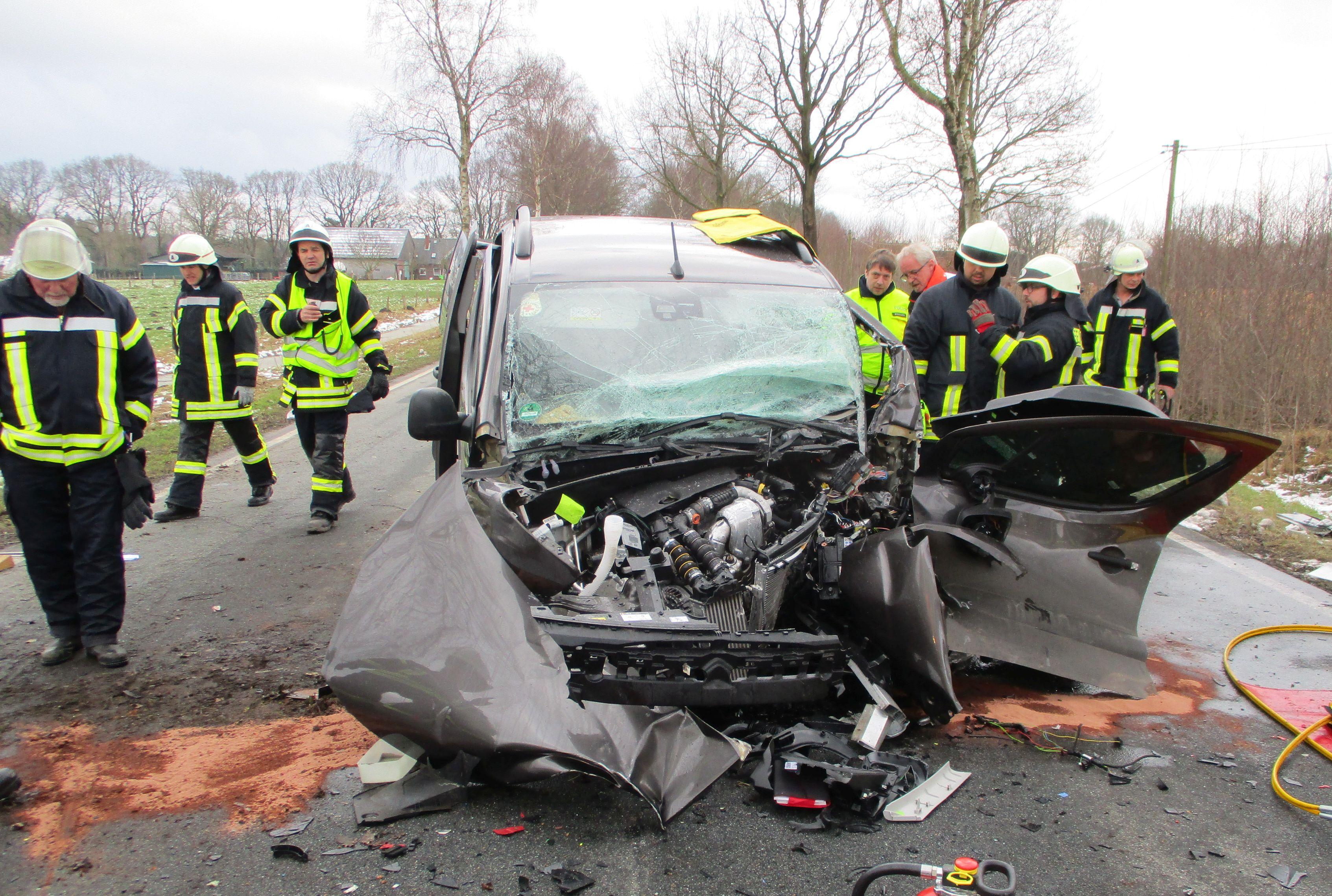 ▷ POL-STD: 59-jähriger Autofahrer nach schwerem Unfall in Helmste ...