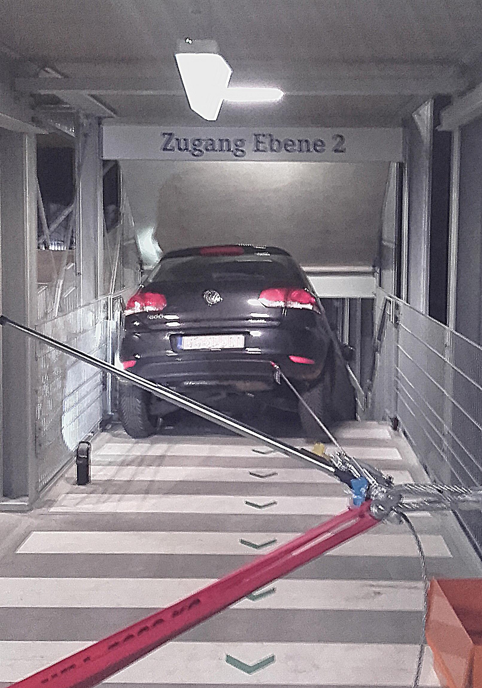 FW-GE: Treppe mit Ausfahrt verwechselt - Auto bleibt im Parkhaus ...