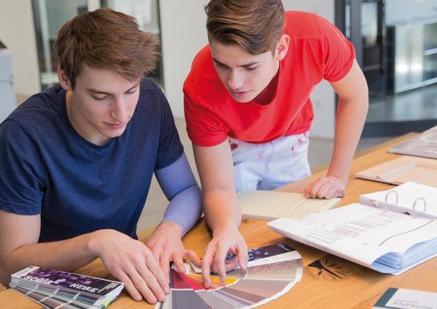 """Keine Lust auf einen Schreibtischjob? Eine Ausbildung im Malerhandwerk ist kreativ. Weiterer Text über ots und www.presseportal.de/nr/127642 / Die Verwendung dieses Bildes ist für redaktionelle Zwecke honorarfrei. Veröffentlichung bitte unter Quellenangabe: """"obs/Brillux GmbH & Co. KG"""""""