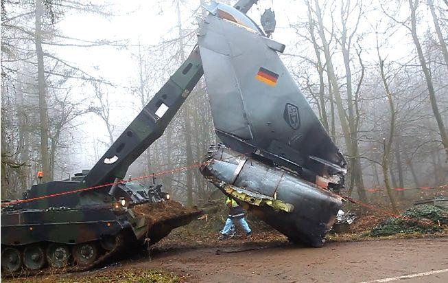"""Bergepanzer 3 """"Büffel"""" beim Bergen eines Tornado-Wrackteils"""
