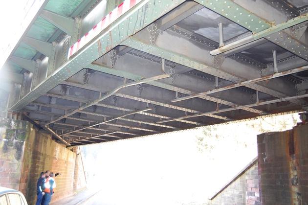Bei dem Unfall rissen Stahlteile der Brückenunterkonstruktion ab.