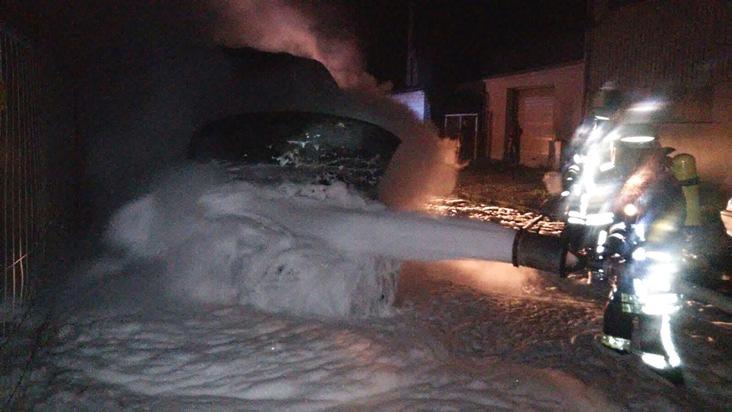 FW-AR: Kleintransporter brennt hinter dem Arnsberger Bahnhof aus