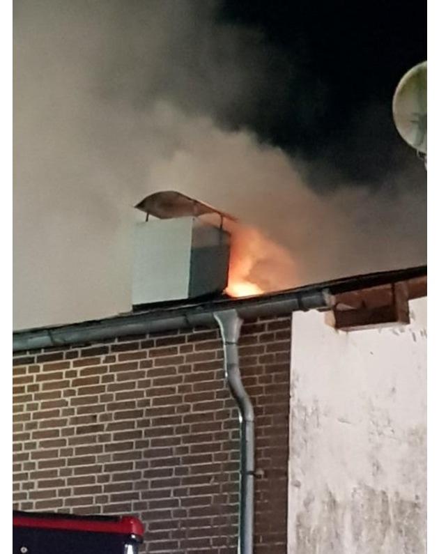 Immer wieder lodern Flammen aus dem Dach